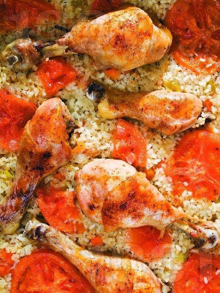 Печени пилешки бутчета с ориз и зеленчуци на фурна - снимка на рецептата